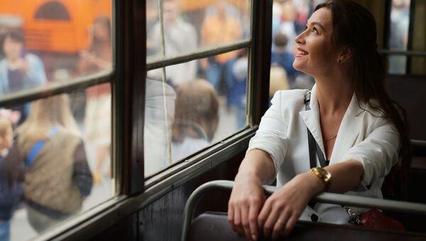 Девушка в старинном трамвайном вагоне на торжественном параде, приуроченном к празднованию Дня московского транспорта - Sputnik Абхазия