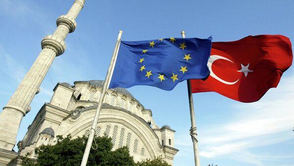 Флаги Турции и ЕС перед мечетью в Стамбуле . Архивное фото - Sputnik Абхазия
