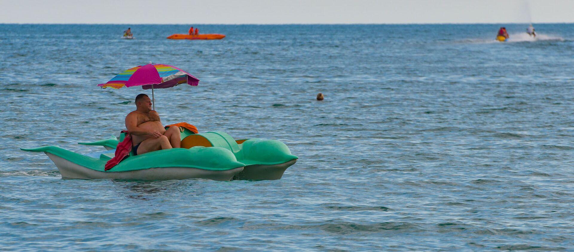 Отдых туристов на пляже Черного моря в Абхазии - Sputnik Абхазия, 1920, 03.08.2021