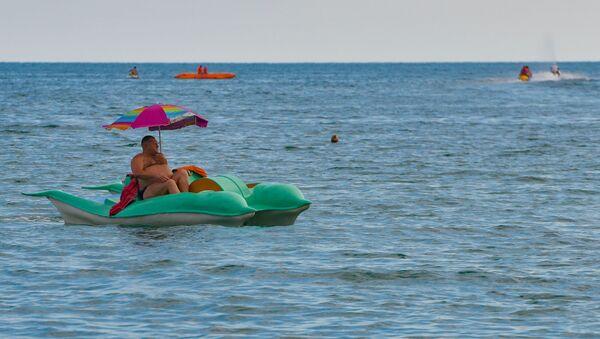 Отдых туристов на пляже Черного моря в Абхазии - Sputnik Абхазия