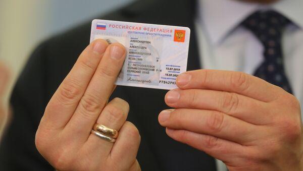 Заместитель председателя правительства РФ Максим Акимов демонстрирует образец электронного паспорта - Sputnik Абхазия