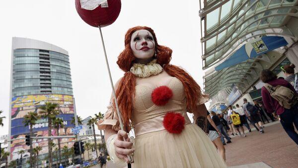 Девушка в костюме клоуна Пеннивайза на фестивале Comic-Con International 2019 в Сан-Диего - Sputnik Абхазия