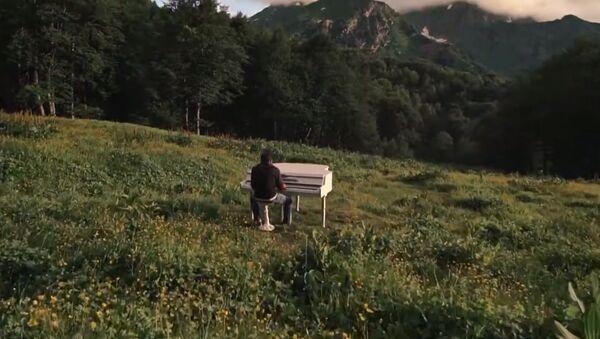 Рояль в горах Ауадхары в Сухуме - Sputnik Абхазия