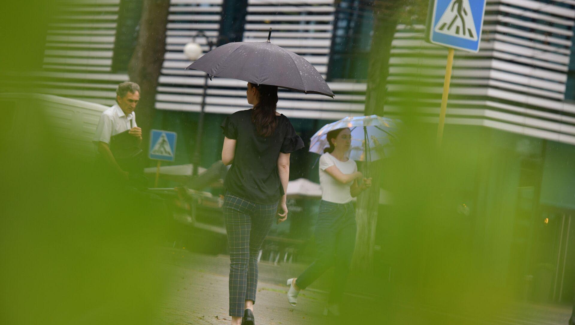 Девушка под зонтом  - Sputnik Абхазия, 1920, 22.08.2021