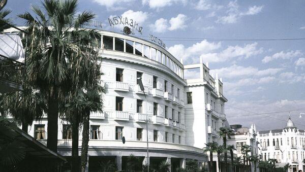 Здание гостиницы Абхазия на улице Руставели в Сухуми - Sputnik Аҧсны