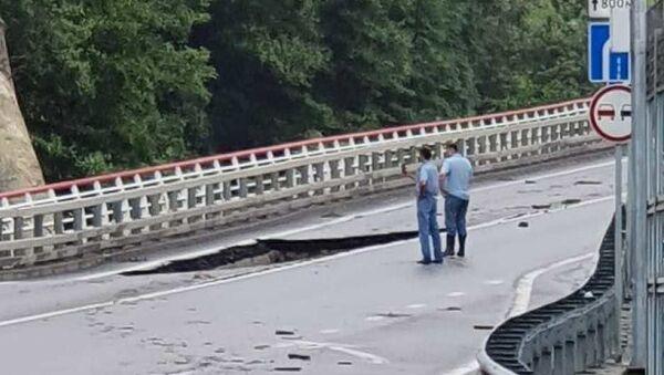 На месте обрушения части дорожного полотна автомобильной дороги А-147 в Сочи. 25 июля 2019 - Sputnik Абхазия