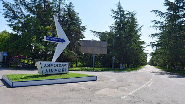 Дорожный указатель на Сухумский аэропорт у села Пшап. - Sputnik Аҧсны