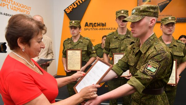 В пресс-центре Sputnik родственникам вручили документы пяти красноармейцах, которые ранее числились в списках без вести пропавших - Sputnik Абхазия