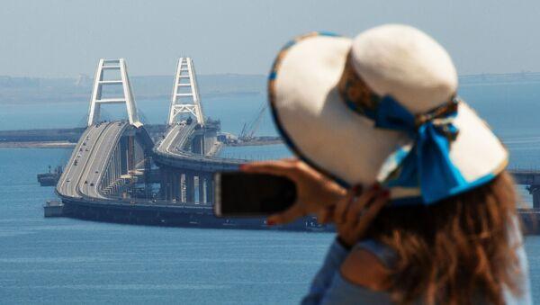 Девушка фотографирует Крымский мост через Керченский пролив - Sputnik Абхазия
