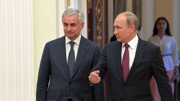 Рауль Ҳаџьымбеи Владимир Путини - Sputnik Аҧсны
