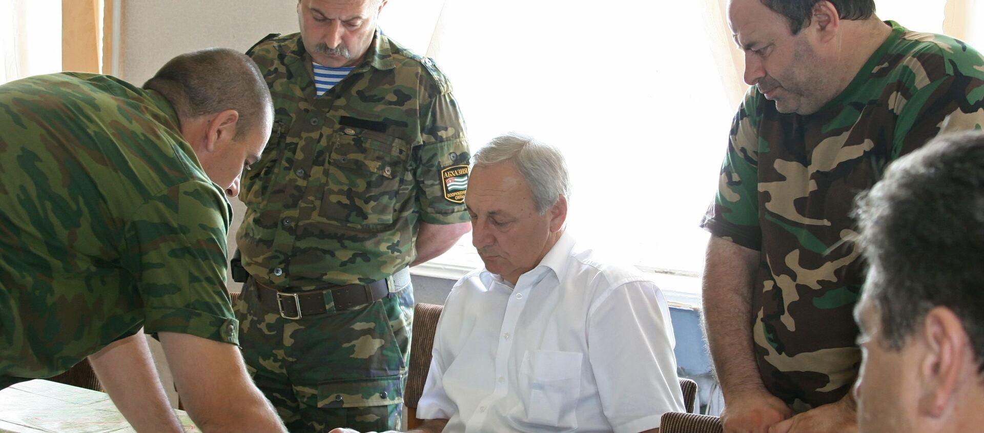 Президент Абхазии Сергей Багапш (в центре) во время совещания. Гальский район, август 2008 - Sputnik Абхазия, 1920, 08.08.2021