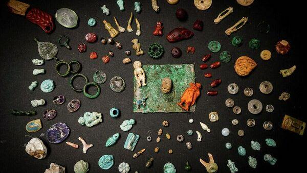 Амулеты, драгоценные камни и декоративные элементы из фаянса, бронзы, кости и янтаря найденные в результате раскопок в Помпеях - Sputnik Аҧсны