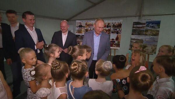Путин встретился с юными балеринами в Севастополе - Sputnik Абхазия