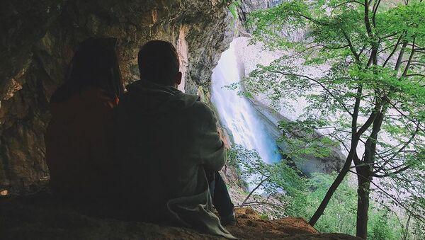 Туристы около водопада в Абхазии - Sputnik Абхазия