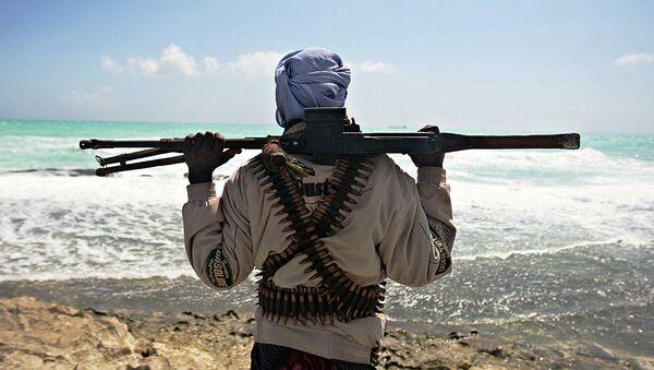 Вооруженный пират на берегу океана - Sputnik Абхазия