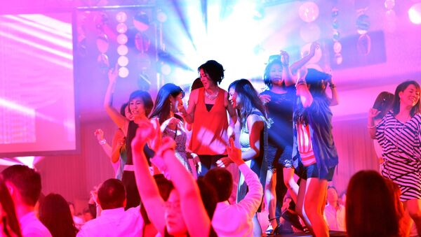 Люди на дискотеке в бальном зале отеля Takanawa Prince в Токио - Sputnik Абхазия