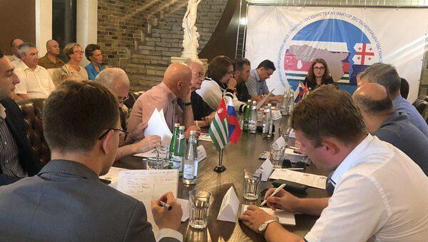 Круглый стол, посвященный вопросам безопасности в связи с наращиванием военной силы в Грузии - Sputnik Абхазия