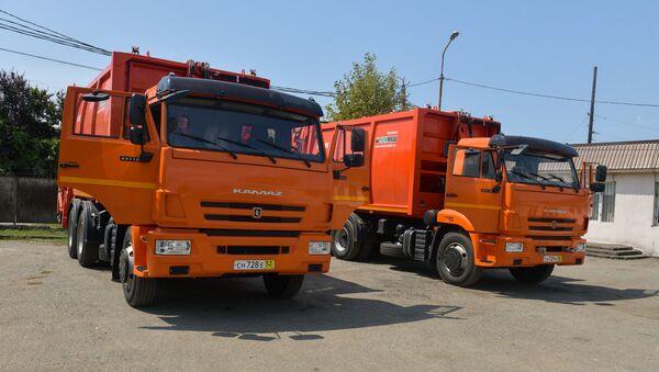 Два автомобиля КамАЗ для перевозки и прессования бытовых отходов передали сухумскому Спецавтохозяйству - Sputnik Абхазия