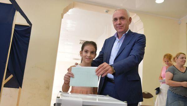 Алхас Квициния принял участие в голосовании - Sputnik Абхазия