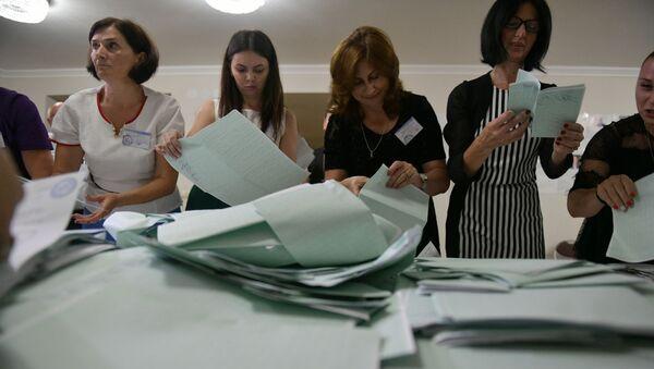 Подсчет избирательных бюллетеней  - Sputnik Абхазия