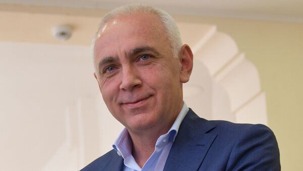 Кандидат Алхас Квициниа во время голосования на выборах президента Абхазии - Sputnik Абхазия