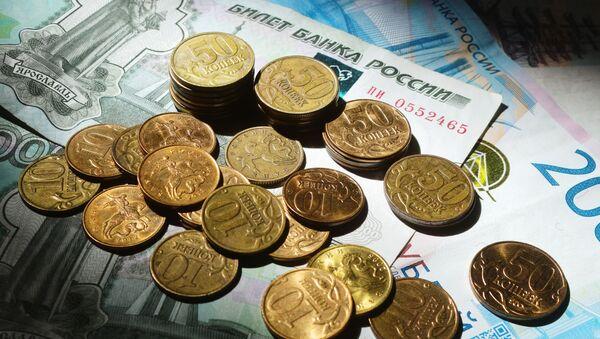 Монеты номиналом 50 и 10 копеек. С 2018 года Центральный банк РФ перестал выпускать в обращение монеты номиналом 1, 5, 10, 50 копеек. - Sputnik Абхазия
