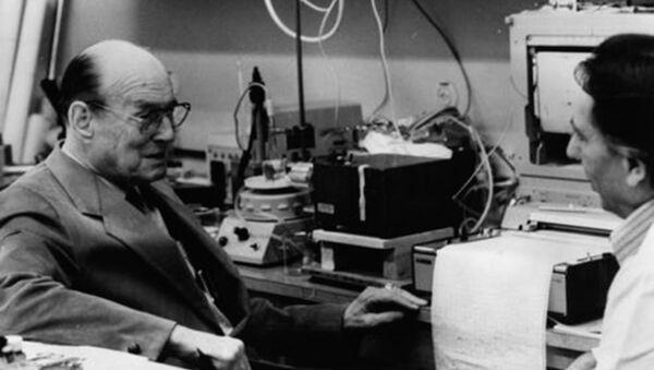 Манфред фон Арденне в лаборатории - Sputnik Абхазия