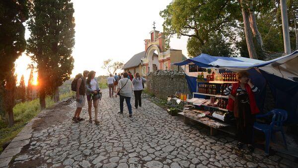Туристы у входа в Ново-Афонский Симоно-Кананитский монастырь в Абхазии - Sputnik Абхазия