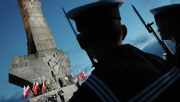 Польский солдат у памятника защитникам Вестерплатте в Гданьске - Sputnik Абхазия