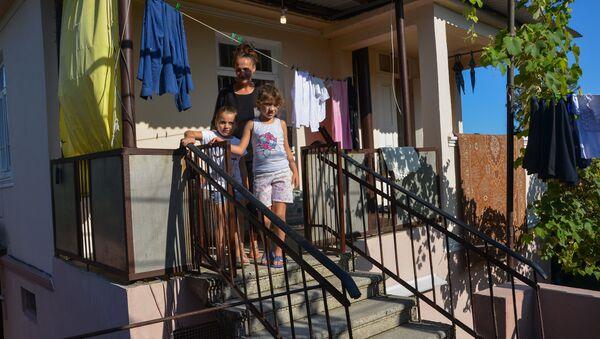 Главврач Гулрыпшской ЦРБ взял на воспитание 5 детей - Sputnik Абхазия