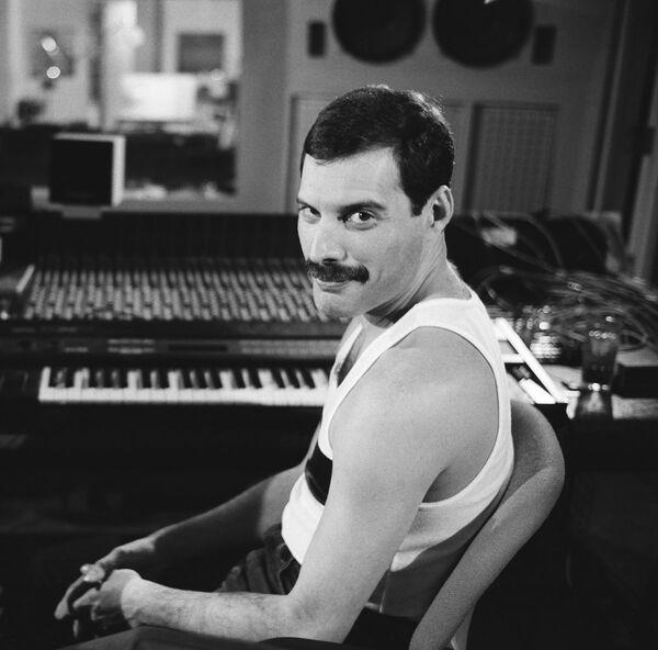 Фредди Меркьюри был автором большинства композиций группы Queen. Самые известные его творения — Love Of My Life (1975), Bohemian Rhapsody (1975), а также знаменитая We Are The Champions (1977), которая стала гимном спортивных болельщиков. - Sputnik Абхазия