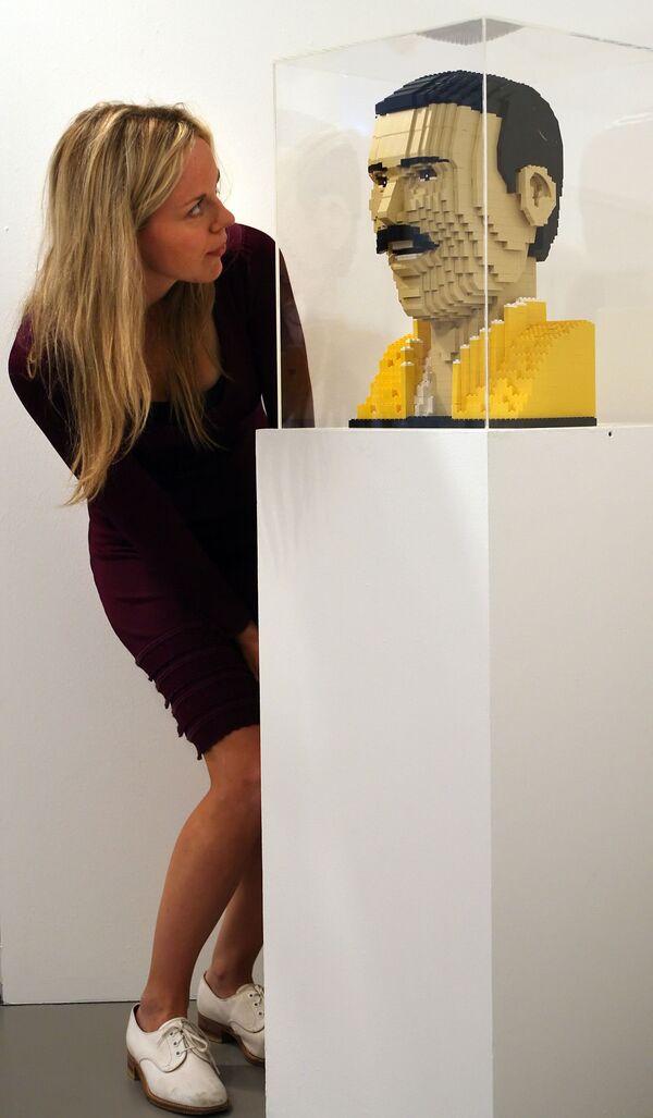 Бюст Фредди Меркьюри из лего на выставке в Лондоне - Sputnik Абхазия