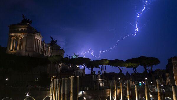 Молнии над памятником Витторио Эмануэле II в Риме  - Sputnik Абхазия