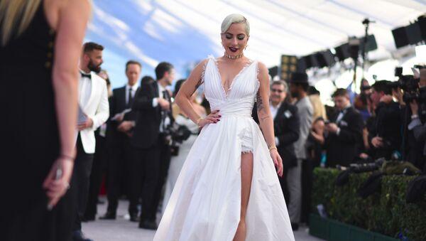 Леди Гага идет по красной дорожке 25-й ежегодной премии Гильдии киноактеров в зале Shrine Auditorium в Лос-Анджелесе  - Sputnik Абхазия