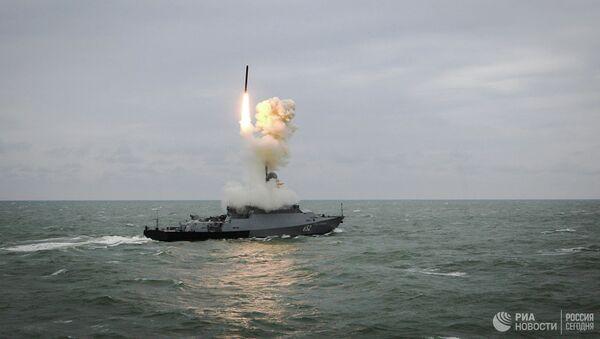Малый ракетный корабль Град Свияжск запускает ракету калибр - Sputnik Абхазия