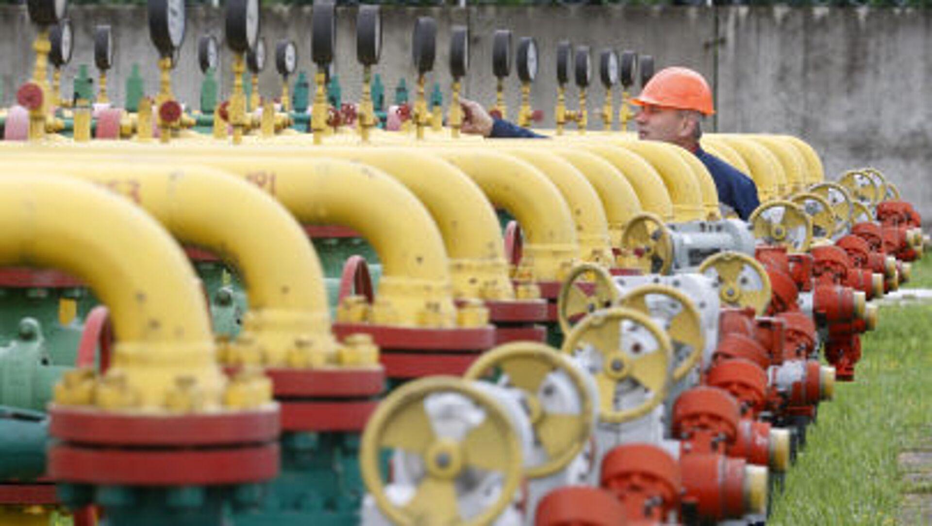 Сотрудник проверяет оборудование на газохранилище под Львовом - Sputnik Аҧсны, 1920, 06.10.2021