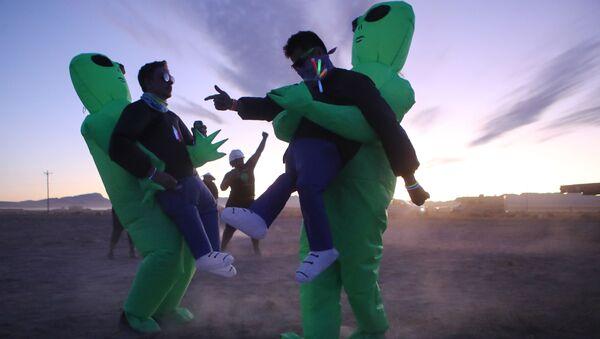Участники штурма Зоны 51 в костюмах инопланетян в Неваде  - Sputnik Абхазия