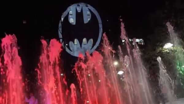 На фасадах зданий по всему миру появился знак Бэтмена в честь 80-летия супергероя - Sputnik Абхазия