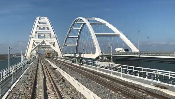Российские журналисты впервые проехали на поезде по Крымскому мосту - Sputnik Абхазия