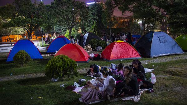 Люди на улице в палатках после землетрясения в Стамбуле, 27 сентября 2019 - Sputnik Абхазия