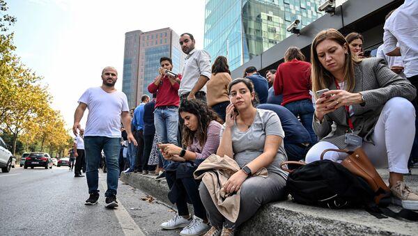 Офисные работники вышли на улицу после землетрясения в Стамбуле 26 сентября 2019 - Sputnik Абхазия