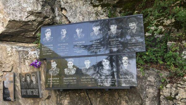 Памятную доску в честь погибших добровольцев в Отечественной войне народа Абхазии открыли на мемориальном комплексе у Гумистинского моста - Sputnik Абхазия