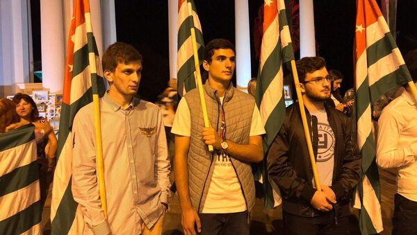 Шествие с флагом в честь освобождения Сухума - Sputnik Абхазия