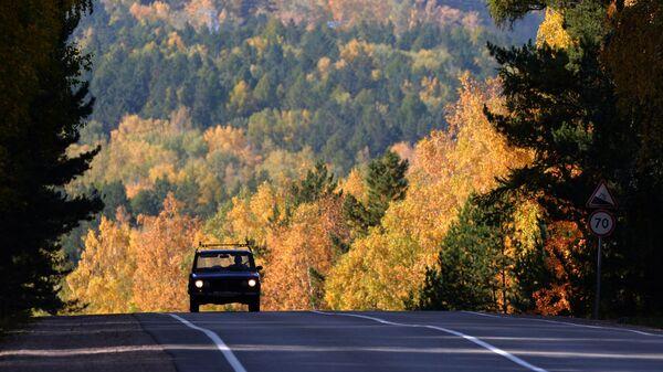 Автомобиль на федеральной трассе Р257 Енисей в Красноярском крае - Sputnik Абхазия