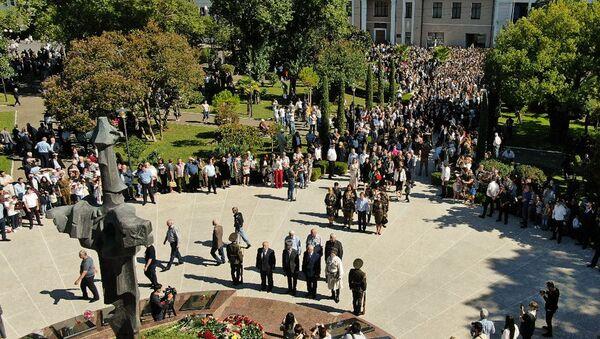 Со слезами и гордостью: как Абхазия отметила День Победы и Независимости - Sputnik Абхазия