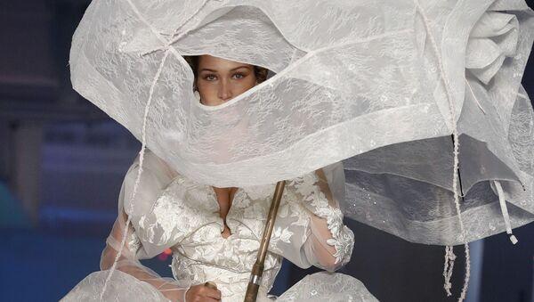 Американская модель Белла Хадид во время презентации коллекции Vivienne Westwood на Неделе моды Весна/Лето 2020 в Париже  - Sputnik Абхазия