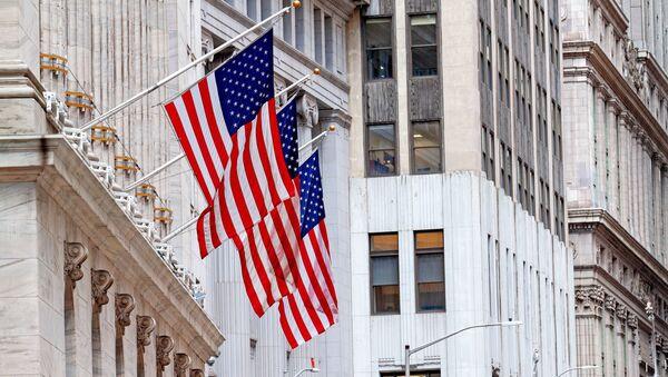 Государственный флаг США на здании Нью-Йоркской фондовой биржи, расположенной на улице Уолл-Стрит - Sputnik Абхазия