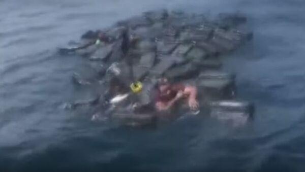 Видео спасения колумбийцев, дрейфовавших в Тихом океане на пакетах с кокаином - Sputnik Абхазия