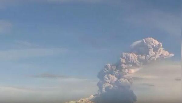 Курящаяся гора: на Камчатке вулкан Шивелуч выбросил столб пепла на высоту 9 км - Sputnik Абхазия