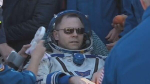 Вернувшихся из космоса членов экипажа МКС встретили персиками и финиками — видео - Sputnik Абхазия